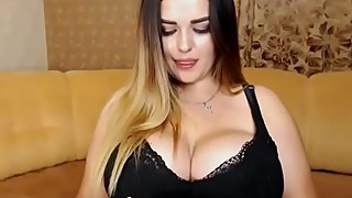 huuge boobs babe showing off on webcam